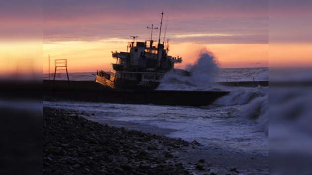 Quedan 37 toneladas de gasoil en el barco que ha naufragado en el Mar Negro