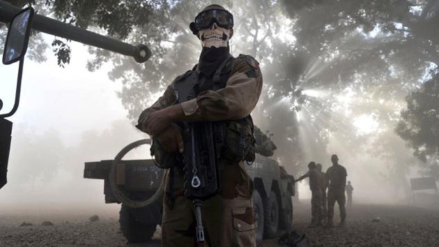"""La """"escalofriante"""" foto de un soldado francés en Mali causa indignación en Internet"""