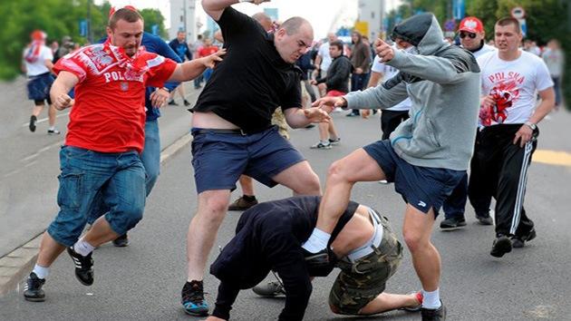 La Policía abre fuego de aviso contra los hinchas polacos en la Eurocopa