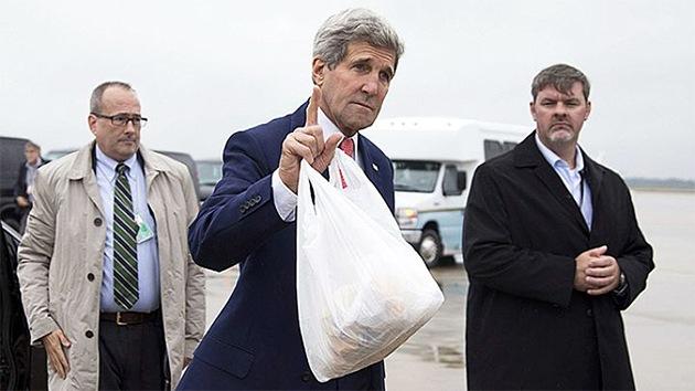 Psaki revela qué llevaba Kerry en una misteriosa bolsa de plástico en El Cairo