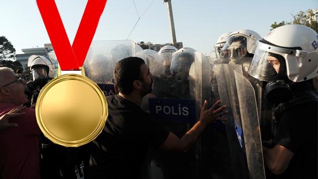 Condecoran a los policías turcos que mejor dispersaron protestas