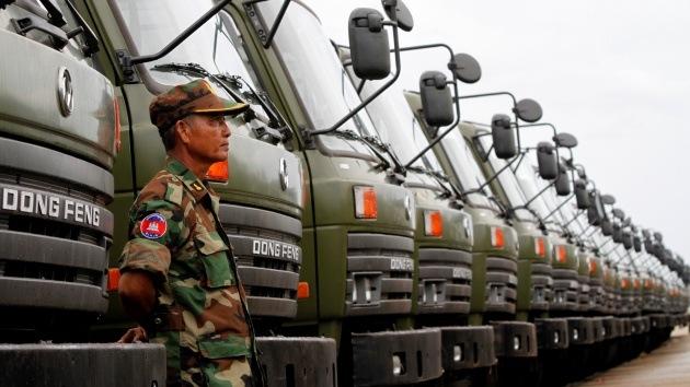 China proporciona camiones militares y uniformes al Ejército de Camboya