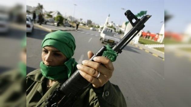 Trípoli entrega armas a los civiles para que se defiendan de la OTAN