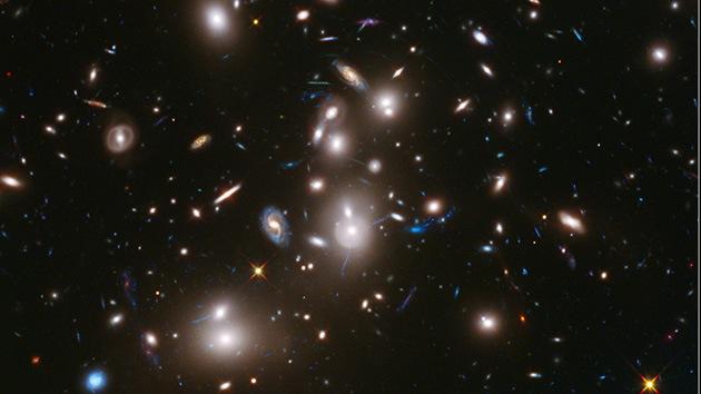 El Hubble capta una imagen de un cúmulo de cientos de galaxias desconocidas