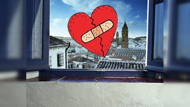 Unos amantes caen por la ventana de un edificio en pleno acto sexual