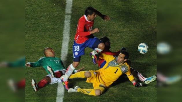 Chile toma el mando del Grupo C tras remontar a México