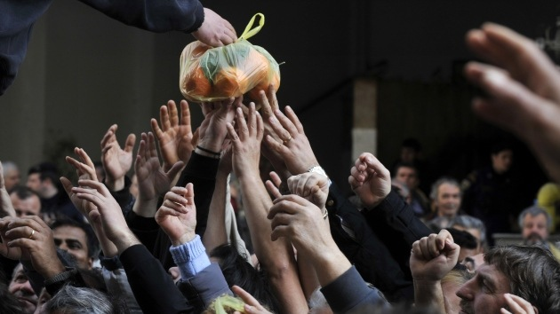 Fotos: Griegos desesperados forcejean para conseguir alimentos gratis