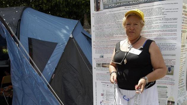 Una española se encadena exigiendo que exhumen los restos de su hija