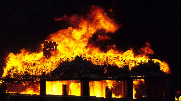 Una mujer rusa salva la vida de su hijo durante un incendio, al tirarle por la ventana