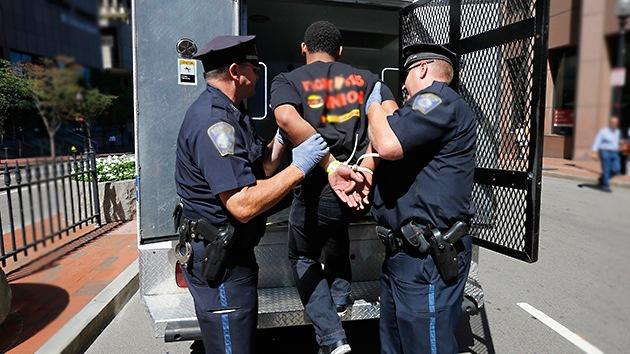Vídeo: Policía de EE.UU. rompe el cristal de un coche y agrede al copiloto con una pistola