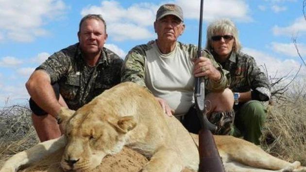 """Tildan de """"asesino repugnante"""" a un actor por publicar fotos matando leones"""