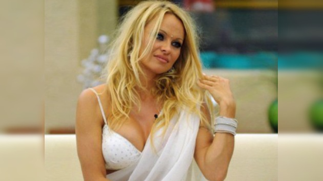 La Navidad transforma a Pamela Anderson en... ¡la Virgen María!