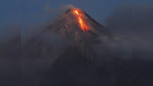 Evacuan a unos 50.000 filipinos por una posible erupción del Mayon