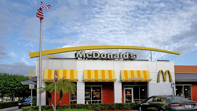 """McDonald's a sus empleados: Troceen más su comida para """"sentirse llenos"""" y canten"""