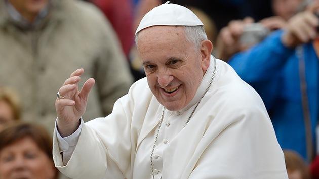 El papa Francisco consuela a otro hombre desfigurado