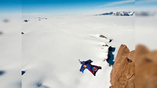 Famoso saltador base de Rusia realiza salto único en la Antártida