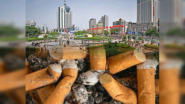 Residentes chinos ganan dinero recogiendo colillas