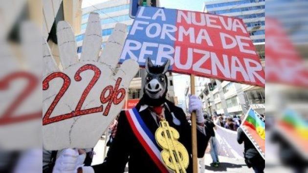 Estudiantes chilenos llevan su lucha al Congreso: reunión por dentro, rebelión por fuera