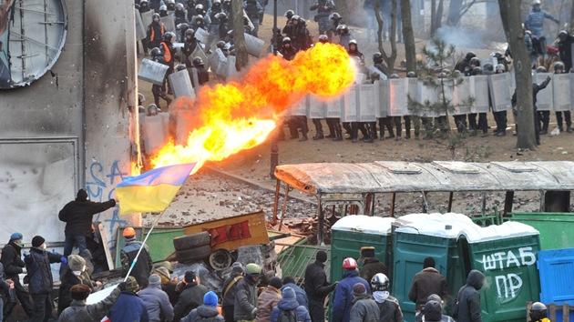 Disturbios 'medievales' en Kiev: los manifestantes construyen una catapulta