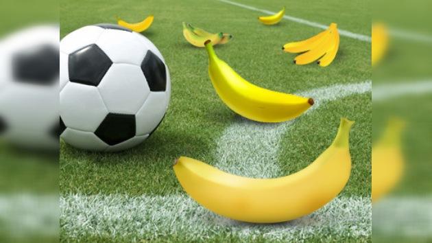 Video: Hinchas alemanes lanzan plátanos al portero de su selección