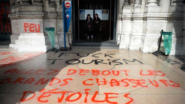 """""""¡Que le den al turismo!"""": vándalos atacan el Sagrado Corazón de París"""