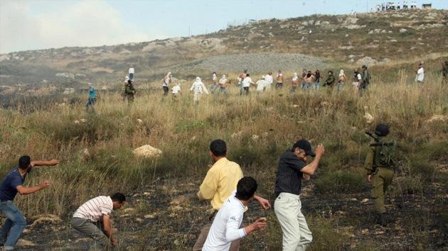 VIDEO: Colonos judíos disparan a palestinos ante la pasividad del Ejército israelí