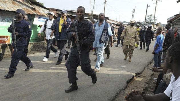Fuerte video: Ejército liberiano dispara contra civiles en zona en cuarentena por ébola