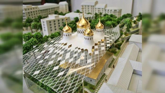 Iglesia ortodoxa en París con techo de cristal y baterías solares