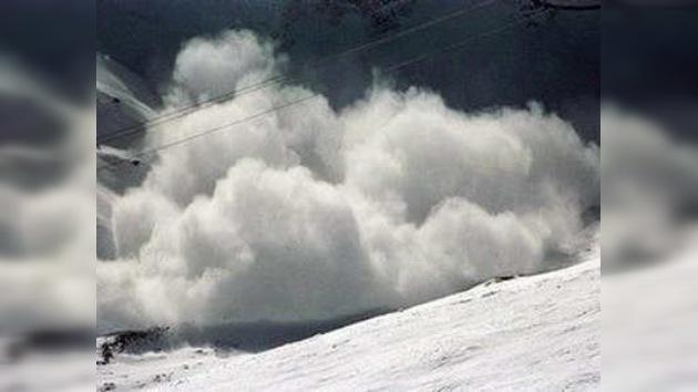 Avalancha sepultó a 5 personas en montañas