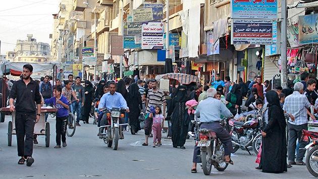 Escalofriante video: Mujeres caminan entre cadáveres decapitados por el EI en Siria