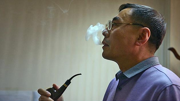 Prohíben a los funcionarios chinos fumar en público