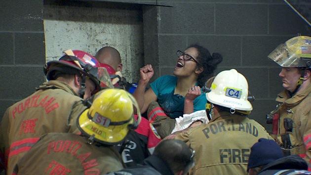 Fotos: Rescatan a una mujer atrapada entre dos edificios