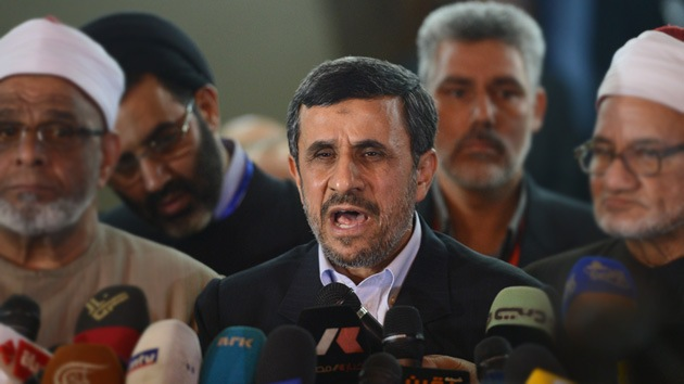 Detienen a un joven sirio que intentó agredir a Mahmud Ahmadineyad en El Cairo