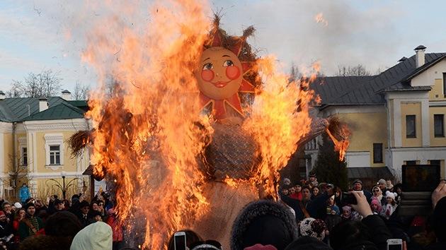 Máslenitsa, el 'carnaval' ruso que despide el frío con 'blinis', juegos y quema de muñecos