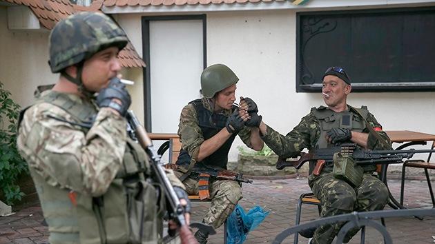 Soldados del Ejército ucraniano saquean en el este del país