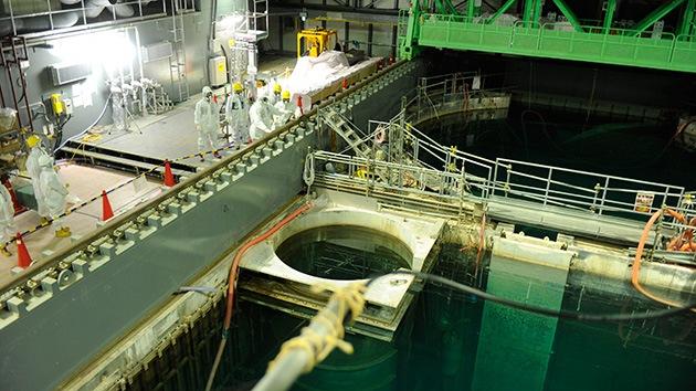 Extraen peligrosas barras de combustible de la accidentada central nuclear de Fukushima