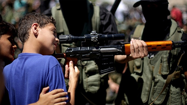 """""""Alá te ha escogido"""": Yihadistas en Siria reclutan a niños para combates y ataques suicidas"""
