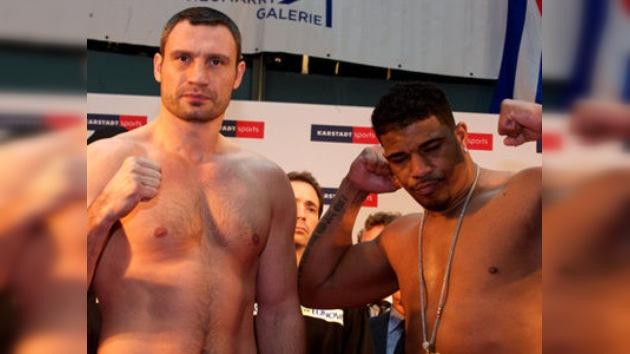 El ucraniano Vitali Klichkó defendió su título de campeón mundial
