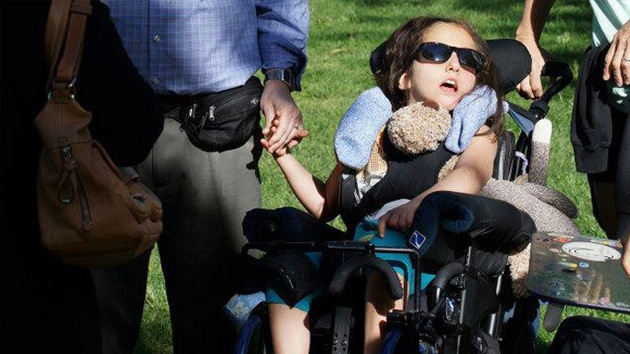 """Un museo de EE.UU. niega la entrada a una niña porque su silla de ruedas """"ensuciaría"""""""