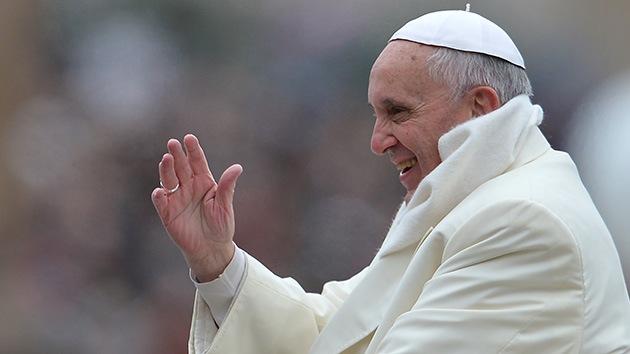 ¿El papa Francisco sale de incógnito por las noches para ayudar a los pobres?