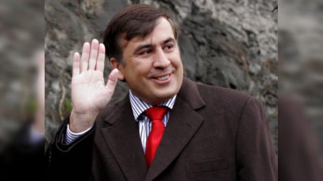 Saakashvili escuchó la crítica de la oposición parlamentaria riéndose