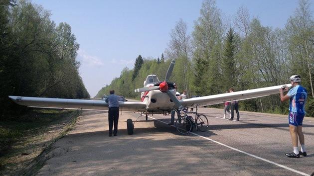 Fotos: Una avioneta aterriza sobre una carretera en Rusia