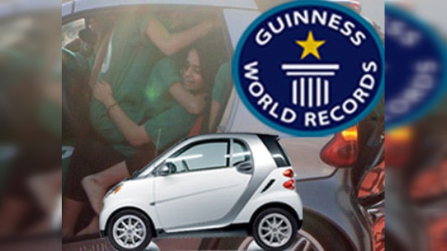 Como sardinas en un ... Smart: nuevo récord Guinness pakistaní