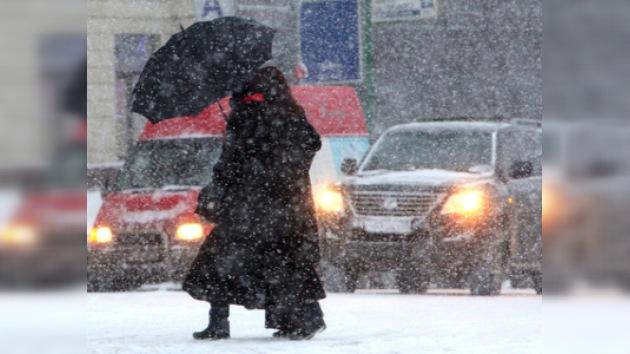 La fuerte nevada paralizó el tráfico de Moscú