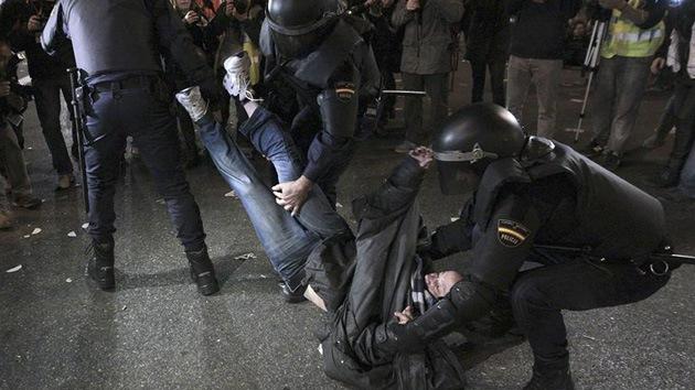 Video exclusivo: Cámaras de RT se cuelan en los disturbios en España