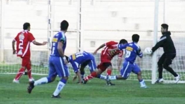 """VIDEO: Portero suplente le da una """"manito"""" a su equipo"""