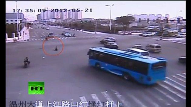 Video: un niño chino perdido en medio del tráfico