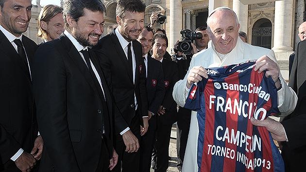 El papa alza el trofeo del San Lorenzo, su club