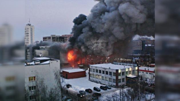 Gran incendio en centro comercial en Ufá, Rusia