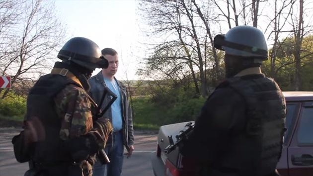 """Taxista se enfrenta a soldados ucranianos: """"¿A quién defienden aquí?"""""""
